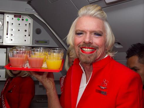Richard Branson râu ria trong bộ đồng phục của AirAsia. Ảnh: AFP