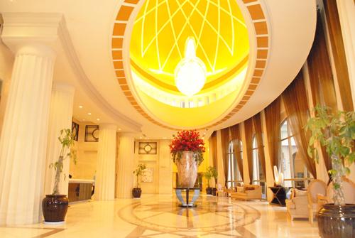 Sảnh lầu 5 mang phong cách khách sạn 5 sao.