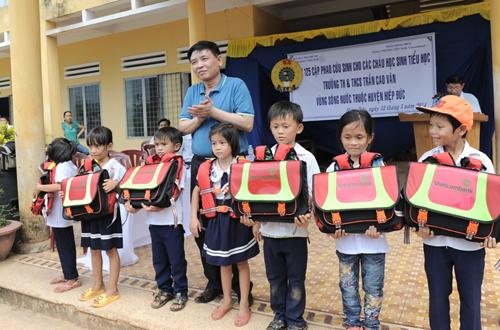 Vietcombank) trao tặng 1.000 chiếc cặp phao cứu sinh cùng những suất học bổng ý nghĩa cho những học sinh nghèo vùng lũ, vùng sông nước tại tỉnh Quảng Nam, Quảng Ngãi.