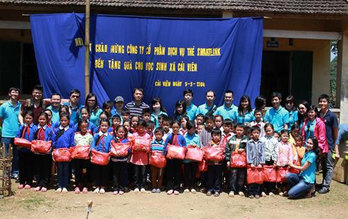Công ty cổ phần Dịch vụ thẻ Smartlink trao quà cho các em học sinh xã Cải Viên (Hà Quảng  Cao Bằng).