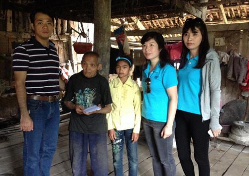 Đại diện Công ty cổ phần Dịch vụ thẻ Smartlink tặng quà và học bổng khuyến học cho học sinh nghèo vượt khó.
