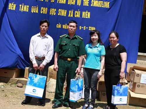 Bà Nguyễn Tú Anh  TGĐ Smartlink tặng quà cho đại diện UBND xã Chí Viễn, đồn biên phòng Lũng Nặm và trường tiểu học xã Chí Viễn
