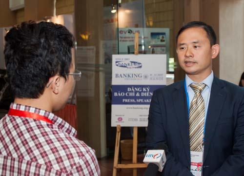 Ông Trần Nhất Minh trả lời phỏng vấn bên lề Hội thảo