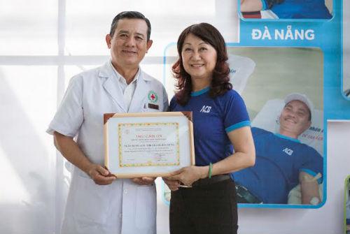 Bà Đặng Thu Thủy - thành viên Hội đồng quản trị ACB - nhận Thư cám ơn từ bác sĩ Phạm Văn Quân - Phó Giám đốc Trung tâm hiến máu nhân đạo thành phố. ACB là một trong những đơn vị tích cực trong các hoạt động thiện nguyện vì cộng đồng
