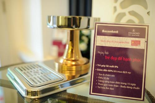 chủ thẻ Ladies First có thể mua trước trả sau được miễn lãi tối đa 45 ngày; mua hàng trả góp lãi suất 0%; tích lũy điểm để đổi quà tặng