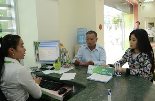 Khách hàng hỏi thủ tục vay vốn tại Vietcombank.