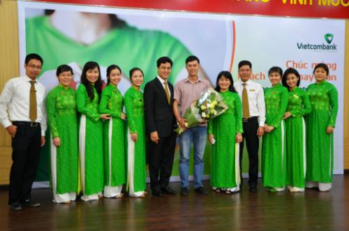 Ông Huỳnh Song Hào cùng các cán bộ Vietcombank chúc mừng khách hàng may mắn Đoàn Minh Đức.