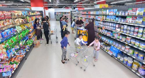 Các em nhỏ cũng theo bố mẹ đến mua sắm, chọn lựa sản phẩm.