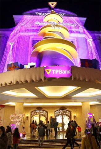 Khu vực mua sắm Tràng tiền Plaza đông đúc hơn nhờ được trang hoàng rực rỡ.