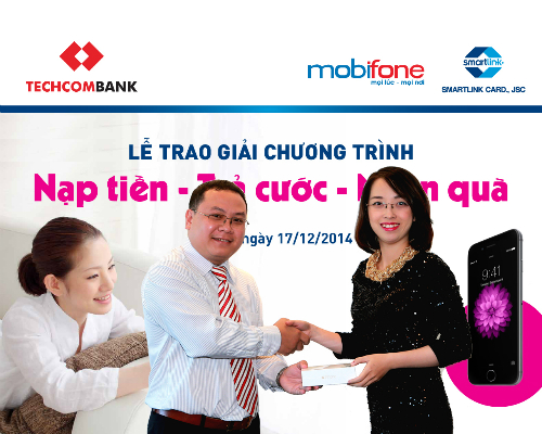 Ông Lê Thành Trung  Phó giám đốc Kinh doanh Công ty Cổ phần Dịch vụ Thẻ Smartlink trao thưởng cho chị Linh