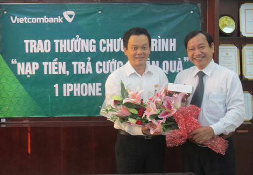 Ông Nguyễn Tấn Phát, Phó Giám đốc Chi nhánh Nam Bình Dương, Ngân hàng Vietcombank trao thưởng cho Khách hàng trúng thưởng
