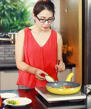 Nấu ăn bằng bếp từ đang được các bà nội trợ ưa chuộng.
