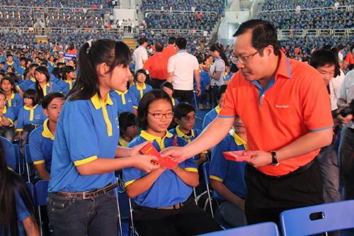 Ông Phan Huy Khang  Phó chủ tịch HĐQT kiêm Tổng Giám Đốc Sacombank trao lì xì cho các em thiếu nhi đến từ các mái ấm trên địa bàn Tp.HCM