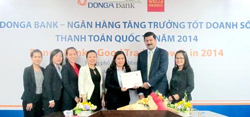 Bà Võ Thị Bích Hạnh- Giám đốc Phòng Thanh toán Quốc tế Khối Khách hàng Doanh nghiệp của DongA Bank đã vinh dự nhận giải thưởng từ Ông Kaushik Mukherjee  GĐ Kinh doanh tài trợ thương mại Khu vực Đông Nam Á của Wells Fargo.
