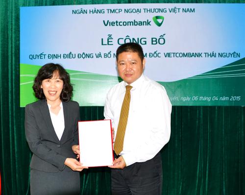 Bà Lê Thị Hoa - Ủy viên HĐQT Vietcombank trao Quyết định cho ông Trần Thùy Dương