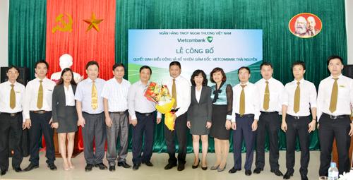 Ảnh 14: Lãnh đạo NHNN và Ban tổ chức tỉnh ủy Thái Nguyên cùng lãnh đạo Vietcombank và Chi nhánh Thái Nguyên chúc mừng ông Trần Thùy Dương