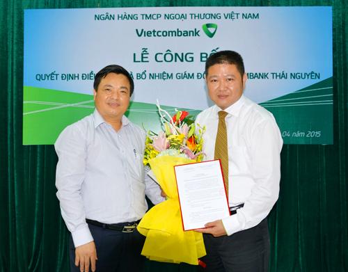 Ông Bùi Văn Khoa - Giám đốc NHNN tỉnh Thái Nguyên (bên trái) tặng hoa chúc mừng ông Trần Thùy Dương