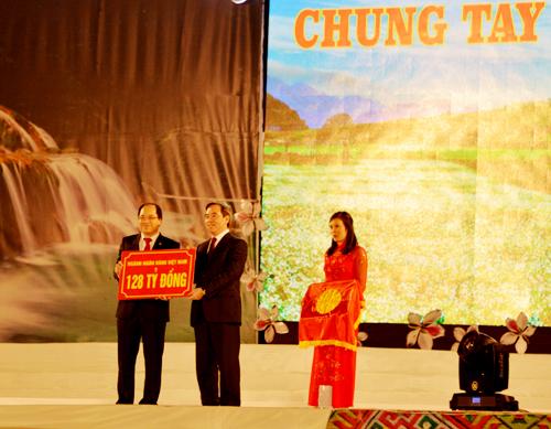 Ông Nguyễn Văn Bình - UVTW Đảng, Thống đốc Ngân hàng Nhà nước Việt Nam trao số tiền 128 tỷ đồng của hệ thống ngân hàng cho các tỉnh Tây Bắc