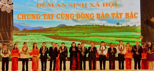 Đại diện Vietcombank ông Nguyễn Mạnh Hùng - UV HĐQT ( thứ 5 từ trái sang) nhận hoa và Kỷ niệm chương vinh danh các doanh nghiệp đã có những đóng góp cho sự phát triển kinh tế - xã hội vùng Tây Bắc từ các đồng chí lãnh đạo Đảng và Nhà nước.
