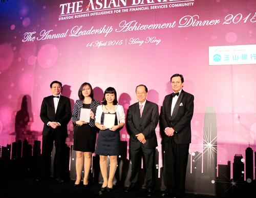 Đại diện Vietcombank (thứ 2 và thứ 3 từ trái sang) nhận 2 giải thưởng do Tạp chí The Asian Banker trao tặng