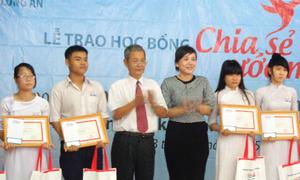 Kienlongbank trao học bổng cho học sinh nghèo