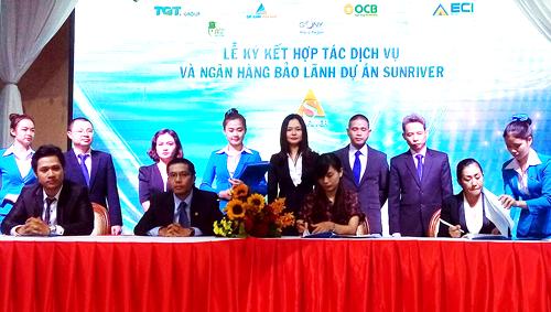 Ông Trương Đình Long  Phó Tổng Giám đốc đại diện OCB kí kết hợp tác với đại diện các bên tham gia dự án