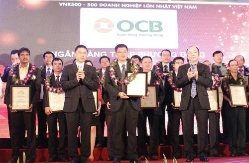 Ông Đinh Đức Quang  Phó Tổng Giám đốc đại OCB nhận chứng nhận từ VNR
