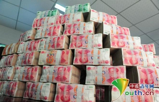 Công ty Trung Quốc xếp núi tiền thưởng cho công nhân