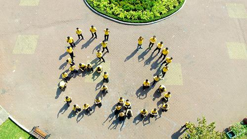 Các nam nhân viên của Nam A Bank vừa có chiến dịch nhảy flashmob mừng ngày 8/3