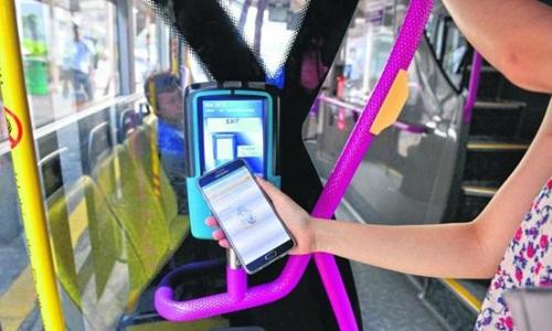 nguoi-singapore-dung-dien-thoai-tra-tien-xe-bus
