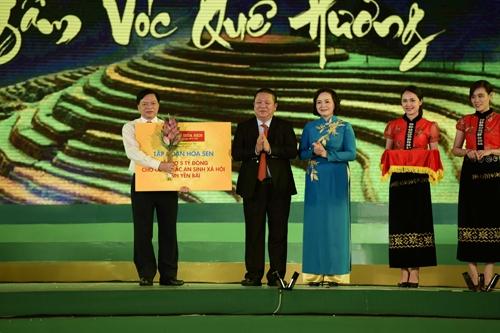 Tại chương trình nghệ thuật, Tập đoàn Hoa Sen trao tặng 5 tỷ đồng cho công tác an sinh xã hội tỉnh Yên Bái