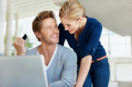 Khi thương mại điện tử xuất hiện, nam giới mới là đối tượng nhanh chóng chuyển phần lớn hành vi mua sắm của mình từ hình thức truyền thống sang loại hình mới này. Cụ thể, dù phụ nữ chịu trách nhiệm hầu như mọi mua sắm trong gia đình nhưng tổng giao dịch thương mại điện tử của phụ nữ năm 2010 chỉ ở mức 60% và nam giới là 40% theo số liệu của comScore. Đến 2012, tỷ lệ này lần lượt thay đổi còn 58% - 52%, theo công ty nghiên cứu Greenfield.