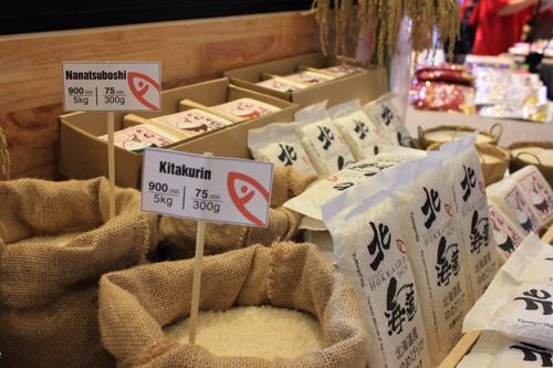 Những loại gạo này nhập khẩu về Việt Nam đều được đóng gói, hút chân không với 3 loại giá khác nhau: Nanatsuboshi giá 179.000 đồng một kg và 59.000 đồng loại 300g; Yume 269.000 đồng một kg, và 89.000 đồng loại 300g; Kita giá 239.000 đồng một kg và 79.000 đồng loại 300g.