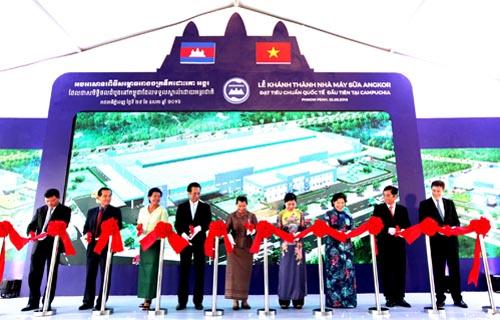 Nhà máy sữa Angkor Milk của Vinamilk tọa lạc trong Đặc khu kinh tế Phnom Penh, với tổng diện tích gần 30.000 m2, là nhà máy sản xuất sữa 23 triệu USD đầu tiên và duy nhất tại Campuchia thời điểm này
