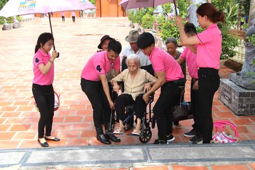 Trong lúc đó, tại Thiền Viện Trúc Lâm  - Cần Thơ, đội quân TOA 4 Seasons nhiệt tình giúp đỡ các cụ già đến lễ chùa nhân dịp Vu Lan