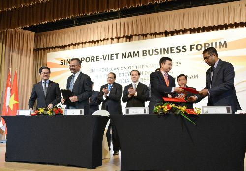 Hoàn tất nội dung ký kết, đại diện Vietcombank, Phó Tổng giám đốc Phạm Thanh Hà (hàng đầu, thứ 2 từ phải sang) trao biên bản ký kết