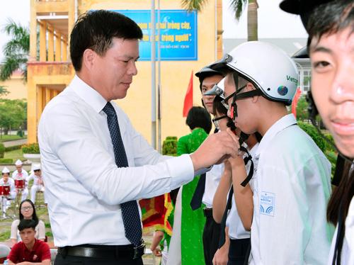 Ông Phạm Mạnh Thắng - Phó Tổng giám đốc Vietcombank đội mũ cho các em học sinh Trường THPT chuyên Nguyễn Trãi