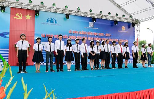 ác đại biểu trao tặng mũ bảo hiểm cho các em học sinh trường THPT chuyên Nguyễn Trãi