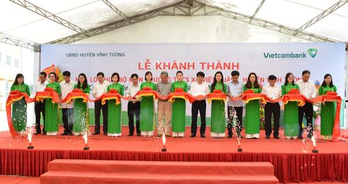 Nghi thức cắt băng khánh thành Công trình Nhà lớp học bộ môn trường THCS xã Việt Xuân