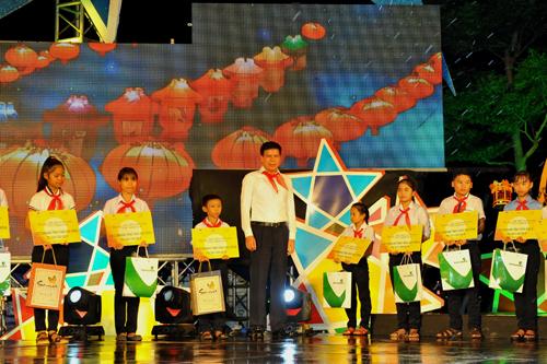 Phó TGĐ Vietcombank Phạm Mạnh Thắng trao các suất học bổng và quà cho các cháu thiếu nhi