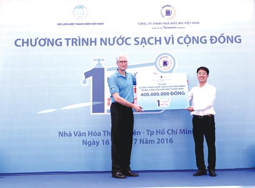 Đại diện lãnh đạo HVBL trao tài trợ cho chương trình nước sạch vì cộng đồng.