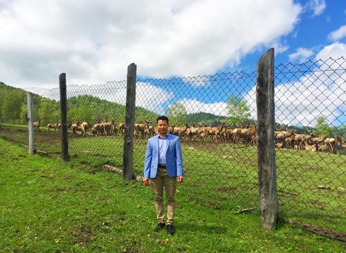 Anh Trần Văn Tuấn - Giám đốc Công ty Eco Siberia Việt Nam thăm trang trại của mình.