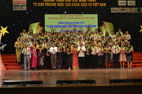 Long Thọ cùng các doanh nghiệp khác nhận giải thưởng từ Ban tổ chức.