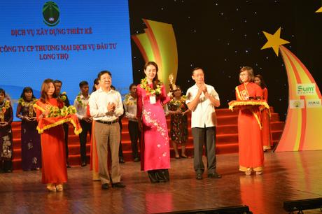 Giám đốc thương hiệu Cty CP Đầu tư Long Cơ nhận giải thưởng hạng mục Xây dựng - Thiết kế.