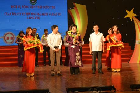 Tổng Giám đốc Công ty CP Đầu tư Long Cơ - Đặng Thị Xuân Hồng nhận giải thưởng Dịch vụ đời sống