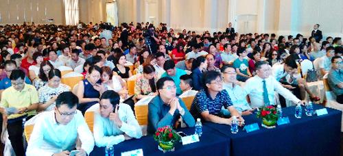 Sáng ngày 23/10, hơn 1.000 khách hàng đã đến tham dự sự kiện công bố đợt 1 dự án căn hộ Saigon South Residences của chủ đầu tư Phú Mỹ Hưng được tổ chức tại trung tâm Hội nghị Yến tiệc Adora, quận 7, TP.HCM.  Theo kế hoạch, chủ  đầu tư công bố 321 căn hộ của tòa nhà A với phương thức rút thăm lượt thứ tự ưu tiên chọn sản phẩm công khai, minh bạch theo đúng quy định. Tuy nhiên, do lượng khách tham dự rút thăm cao hơn gấp 3 lần so với lượng căn hộ được đưa ra và chỉ trong khoảng 2 giờ, 100% căn hộ thuộc tòa nhà A đã được khách hàng đặt mua. Vì vậy, với mong muốn khách hàng có thêm cơ hội để sở hữu căn hộ Saigon South Residences, chủ đầu tư quyết định đưa ra thêm một phần tòa nhà B với 200 căn hộ.
