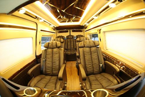 Nội thất hạng sang của limousine tại Autokingdom. 0911377677 hoặc theo dõi tại fanpage https://www.facebook.com/AutokingdomLimoRental.
