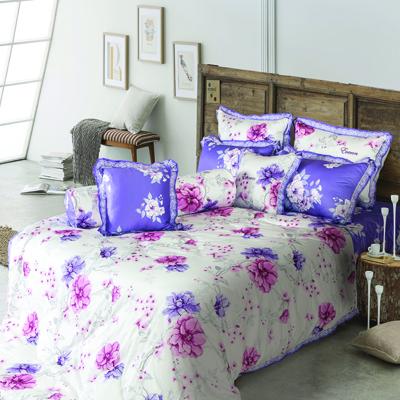 Họa tiết hoa trên chăn ga mang lại cảm giác tươi mới cho phòng ngủ.