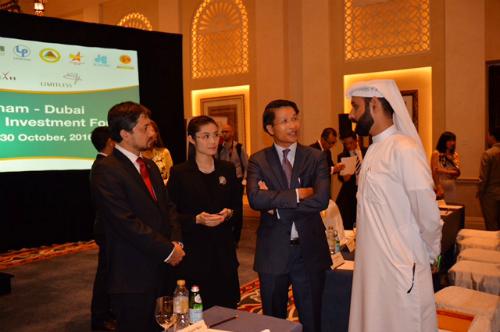 Phó Chủ tịch HĐQT Trần Thị Quỳnh Ngọc cùng Ban lãnh đạo Tập đoàn Nam Cường trao đổi với các doanh nghiệp Dubai tại sự kiện