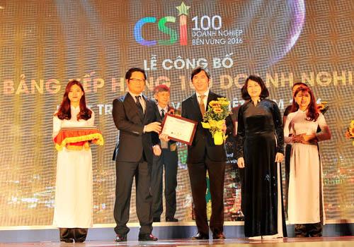 Đại diện Vietcombank, ông Nguyễn Hữu Kiên  Phó Trưởng phòng QHCC TSC nhận giải Top 10 Doanh nghiệp dịch vụ bền vững Việt Nam 2016
